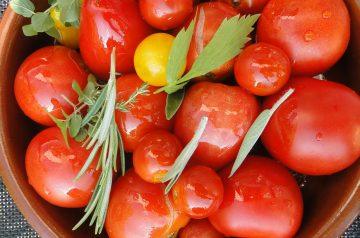 Peas in Tomato Sauce (Revithia Me Saltsa Domata)